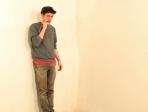 Jeune homme contre un mur