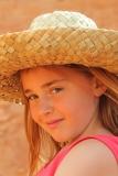 petite fille et chapeau de paille