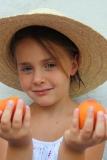 petite fille et abricots