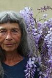 Portrait de femme devant une glycine